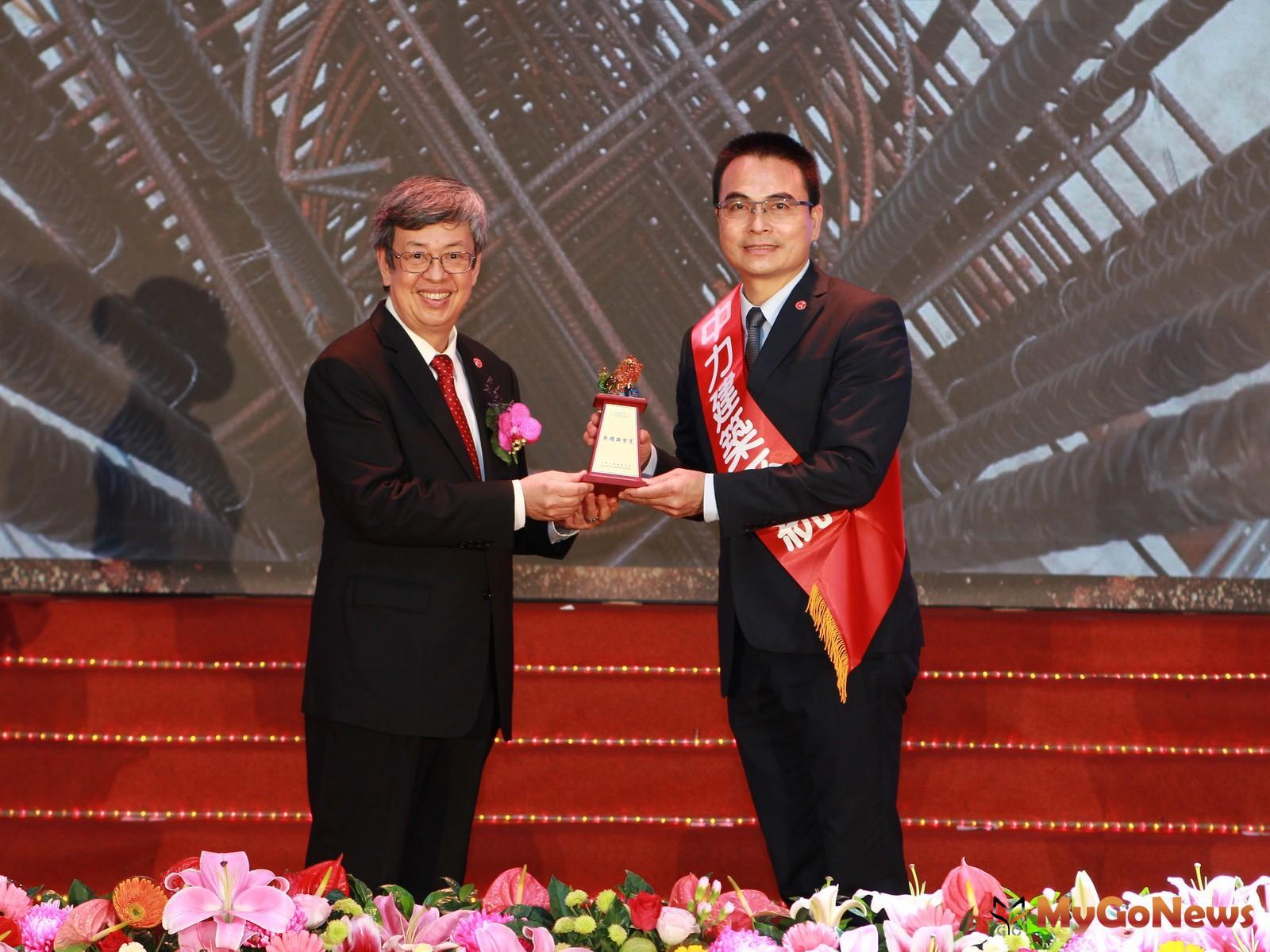 戴雲發榮獲台灣永續關懷協會舉辦的「國家建築金獎」中特別設置「大會特別獎」獎項(圖/業者提供) MyGoNews房地產新聞 市場快訊