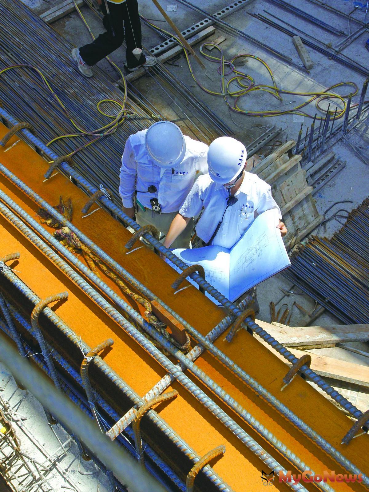 「耐震標章」會由察證機構(國立台灣大學地震工程研究中心)組成察證小組針對「久年銀座」進行一致性的證實與確認作業。還必須增加一位5年以上結構資歷(含工地經驗3年)的「特別監督人」進行現場實地雙重查驗。 MyGoNews房地產新聞 專題報導