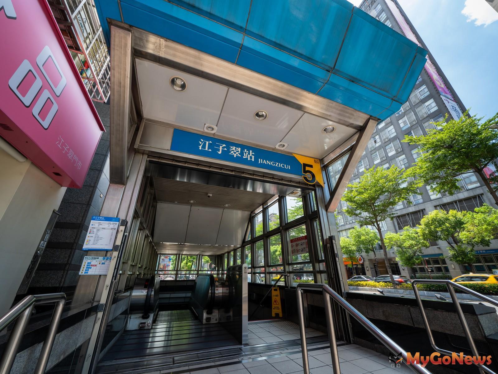 根據Google Maps的計算,「僑蓮雄鋒」步行約450公尺可抵達高通勤的捷運板南線江子翠站,具備「捷運宅」定義。 MyGoNews房地產新聞 熱銷推案