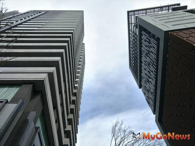 豪宅的3大配備分別是,(1)大基地、大棟距、大坪數,(2)優質建築團隊,(3)頂級公共設施。其中第(1)項條件最重要 MyGoNews房地產新聞 熱銷推案