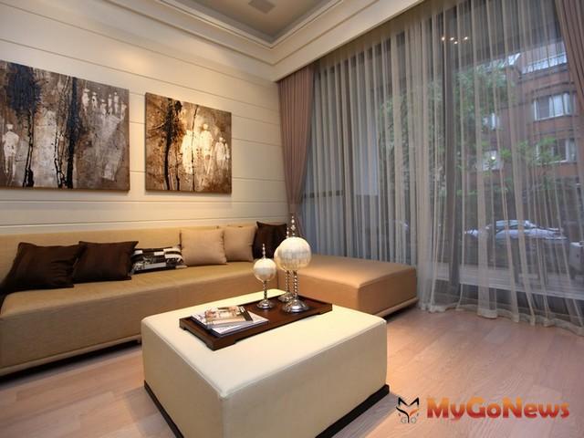 客廳沙發的擺放與家庭運勢有很直接的關係,沙發擺對位置運途順暢。 MyGoNews房地產新聞 居家風水