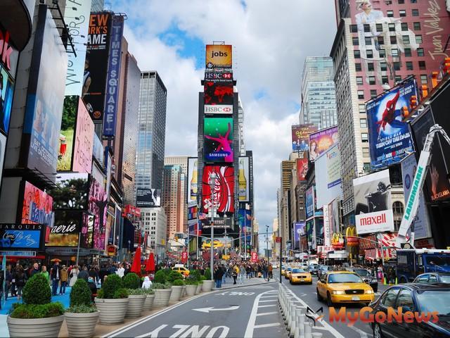 國際知名城市都有一條讓房市持續增值的中軸線,圖為美國紐約第五大道(Fifth Ave),在這條中軸線上聚集全球最頂級的品牌店 MyGoNews房地產新聞 專題報導