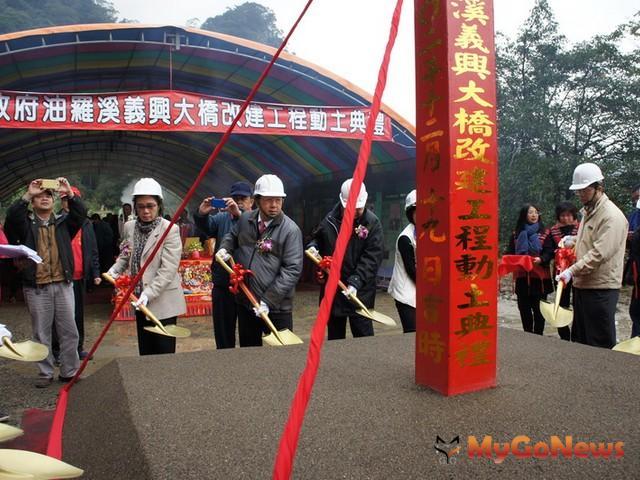 新橋是一座鋼拱橋樑,「樹竹拱月」的造型非常吸睛,預料在完工後成為尖石鄉的新地標(圖:新竹縣政府) MyGoNews房地產新聞 區域情報