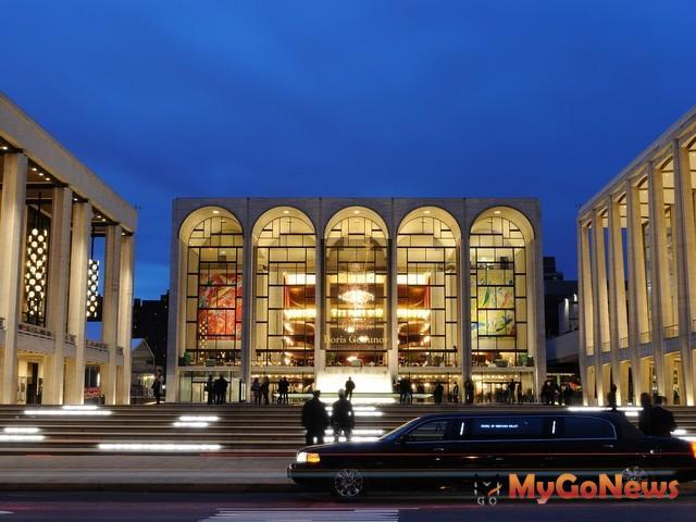 夏卡爾最有名的作品,便是彩色玻璃畫窗及為紐約大都會歌劇院新館製作的兩個大型壁畫(圖為紐約大都會歌劇院) MyGoNews房地產新聞 專題報導