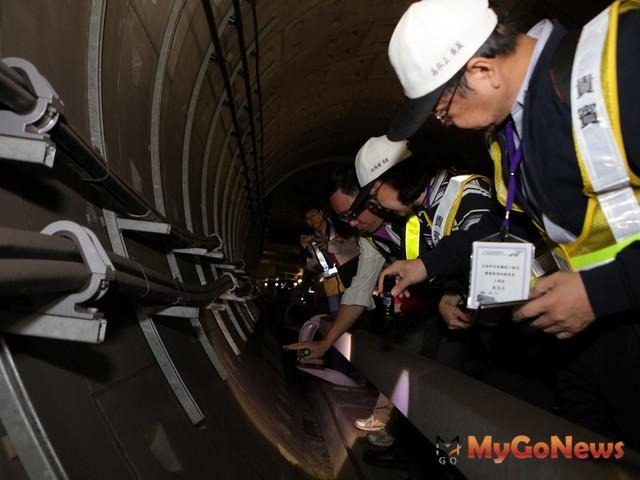 機場第二航廈站(A13)至機場第一航廈站(A12)地下隧道段軌道檢查(圖:台鐵局) MyGoNews房地產新聞 市場快訊