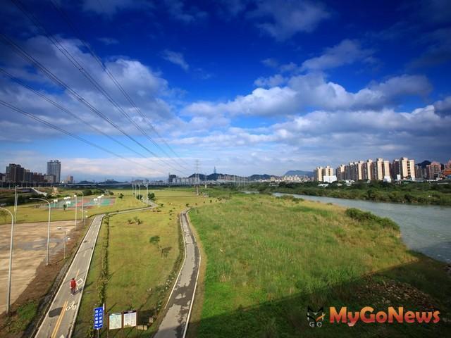 遠雄左岸景觀橋將串聯1300公頃的河濱綠意與180公里的河濱自行車道。 MyGoNews房地產新聞 區域情報