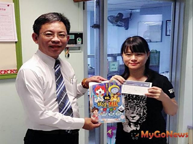 三發地產洪振耀執行副總(左)贈妖怪手錶交響音樂會門票給予台北兒童福利中心 MyGoNews房地產新聞 房市新焦點